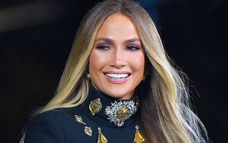 f7900d043f Jennifer Lopez llegó a premiación vistiendo solo una camisa