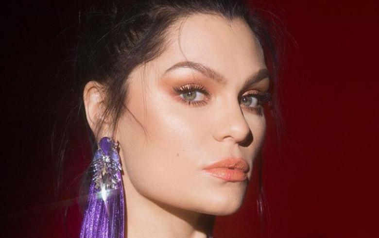 Ante las críticas: Jessie J posa en bikini y muestra su celulitis