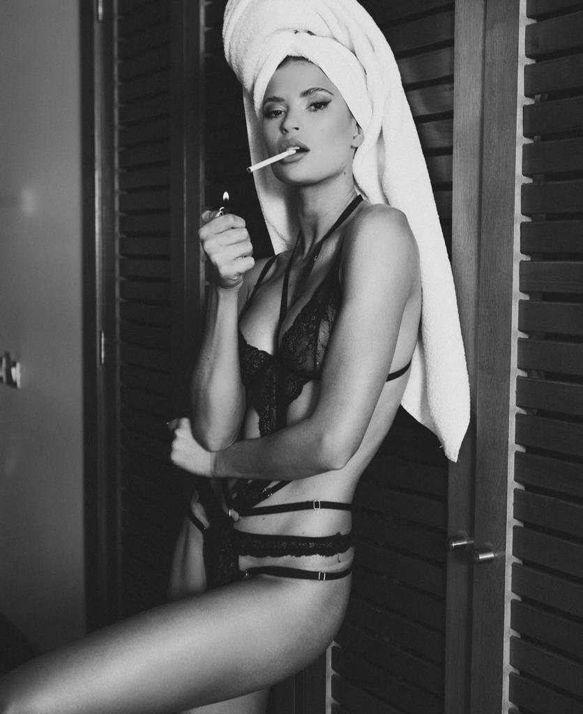 Julia Fernandes muestra sus estrías en sesión con ropa interior