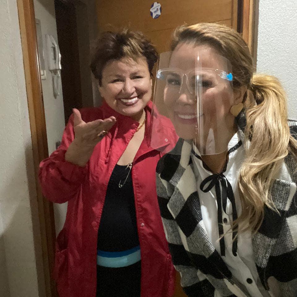 Cathy Barriga impacta con postal de sus padres