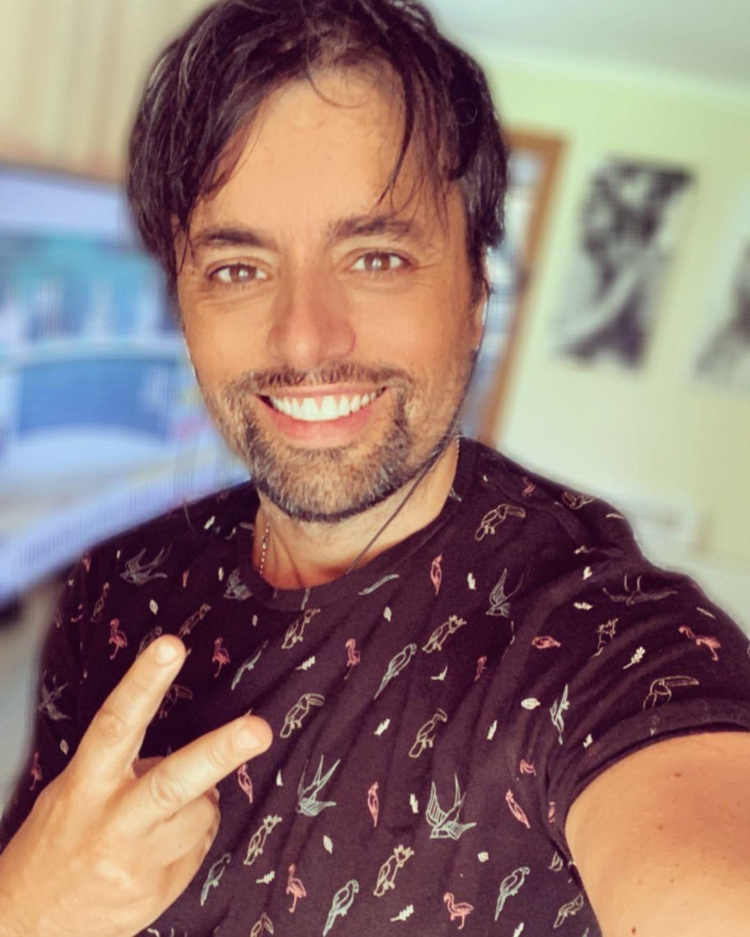 Daniel Valenzuela luce irreconocible en foto con llamativo look