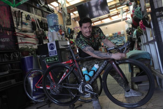 Ex integrante de Mekano ahora atiende local de bicicletas