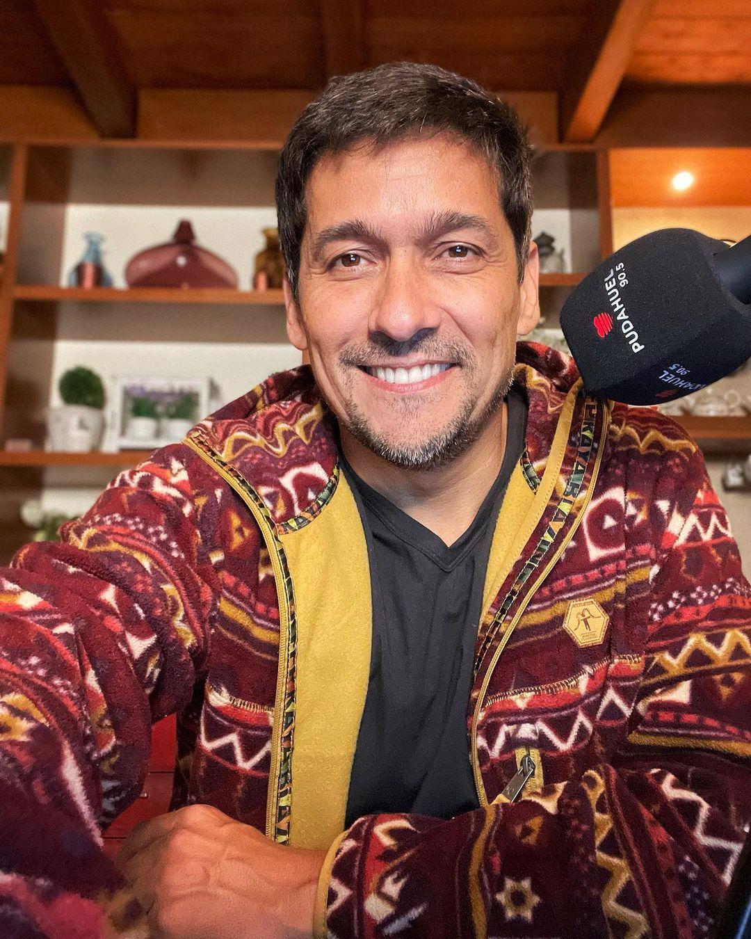 Rafael Araneda juega con el gran parecido con su hijo Vicente