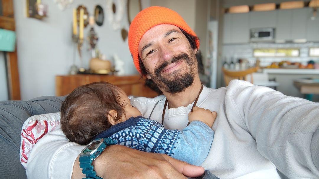 Francisco Puelles cautiva con tierna postal junto a su hijo