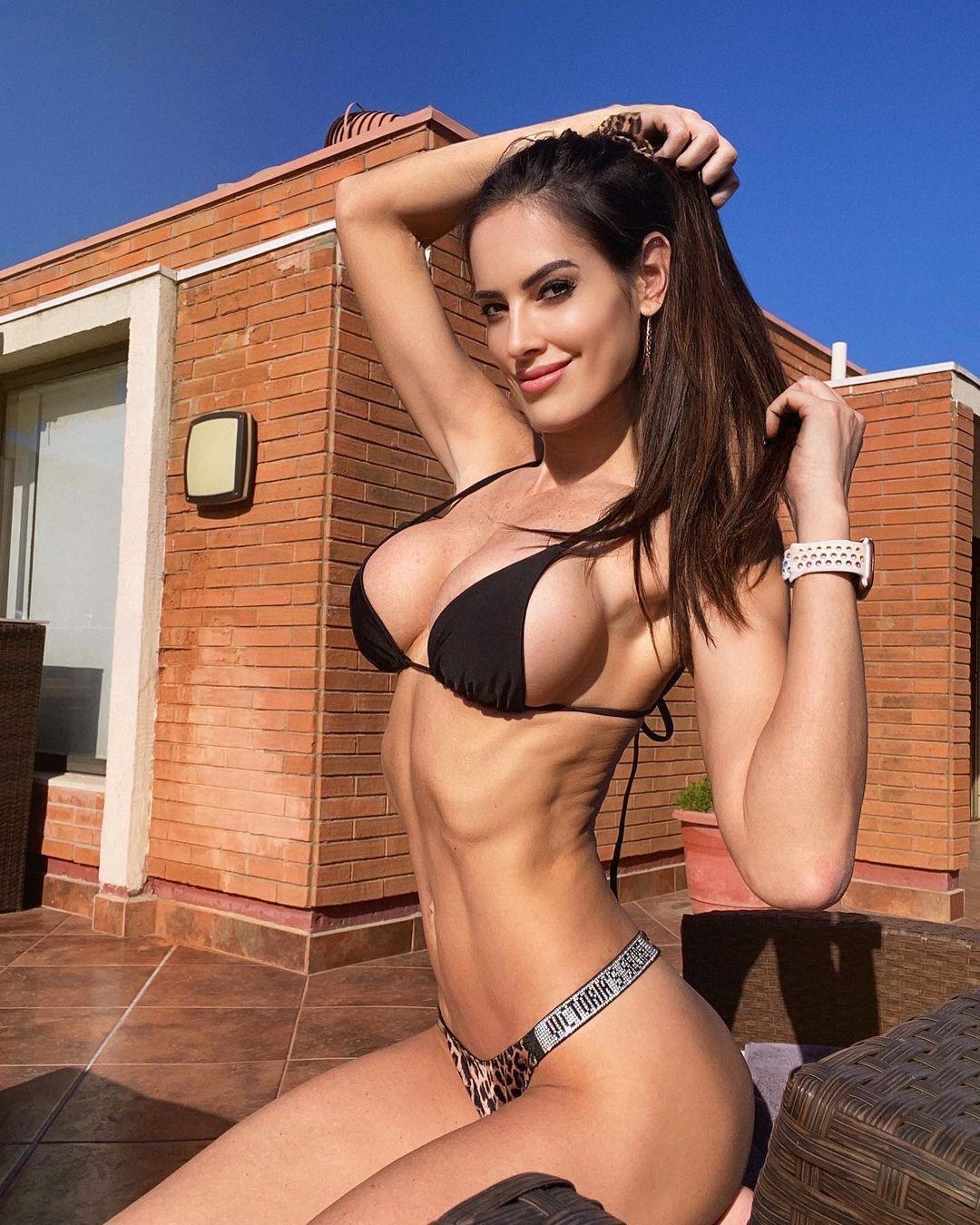 Cuestionan a Adriana Barrientos por tomar sol en invierno
