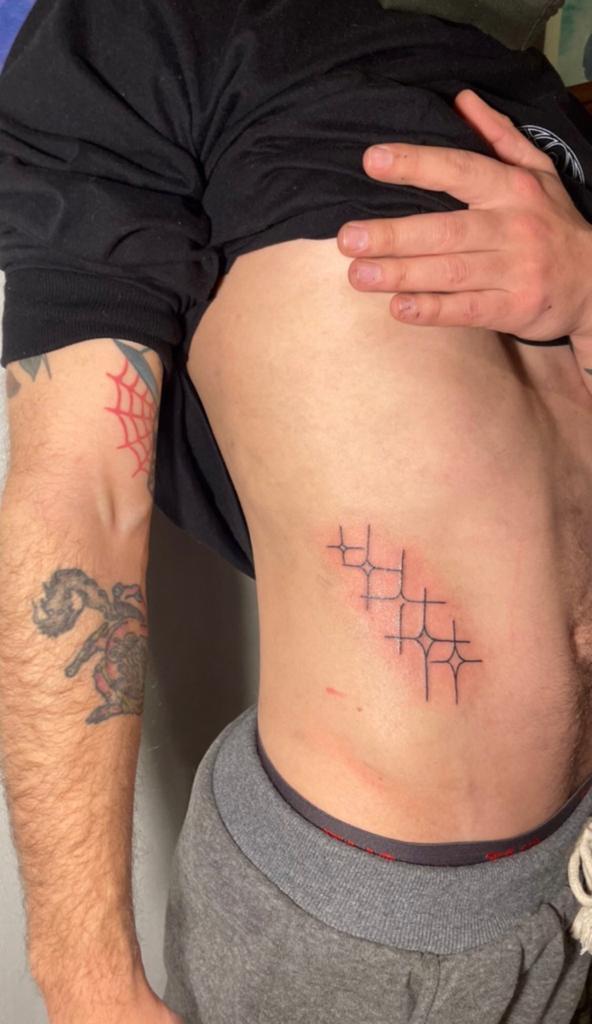 Hijo de Sigrid Alegría luce llamativo tatuaje en su abdomen
