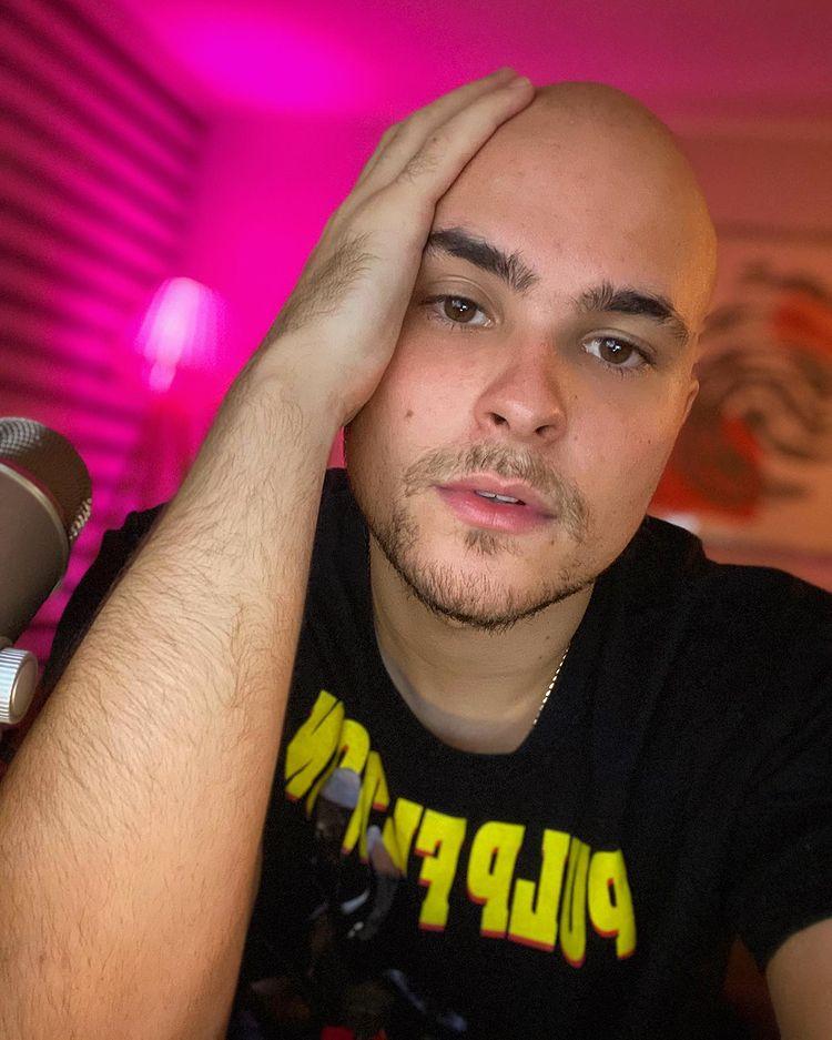 Seguidores molestan a Augusto Schuster por usar polera arrugada