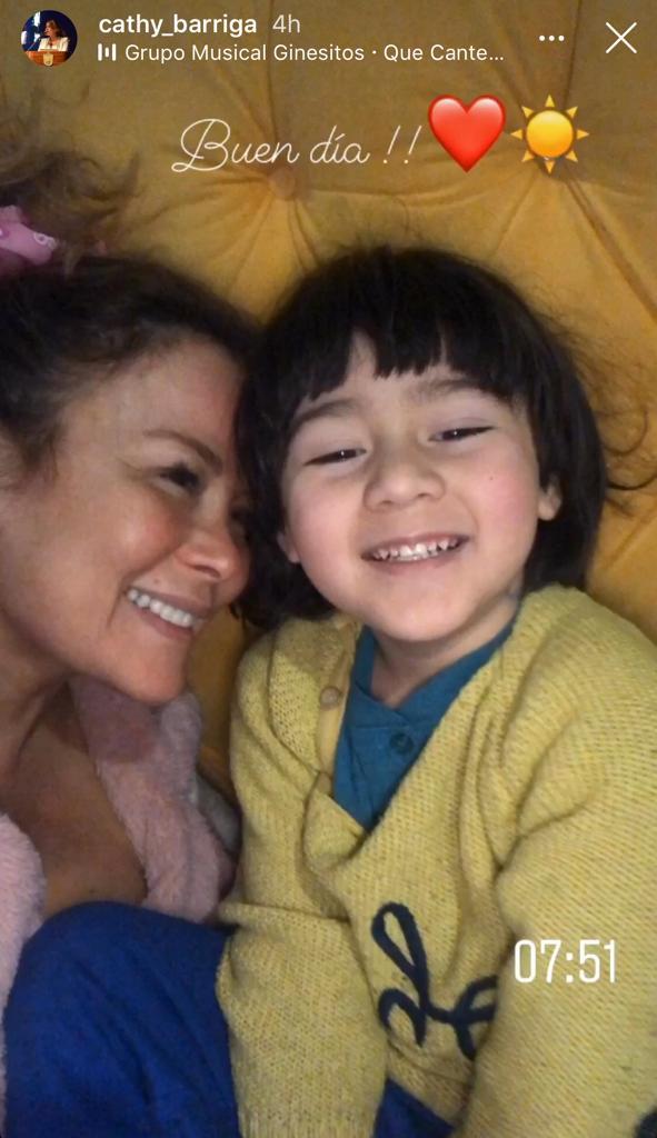 Cathy Barriga se muestra al natural en foto con uno de sus hijos
