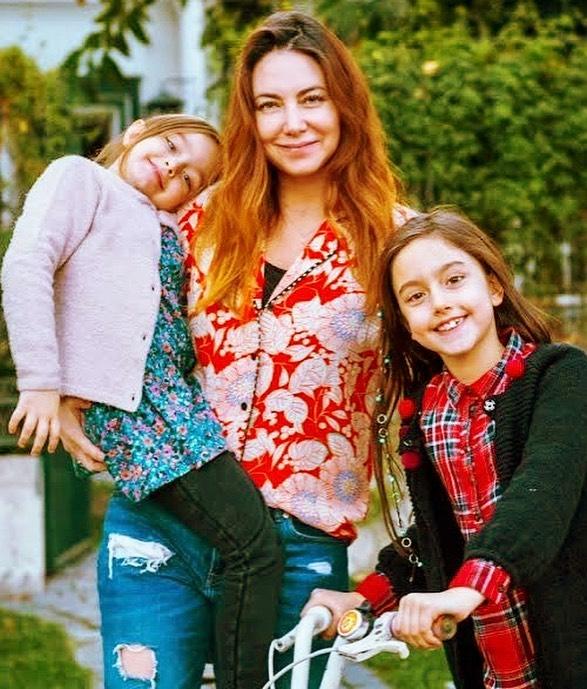 Mónica Godoy y sus hijas