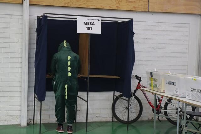 Dinosaurio votando