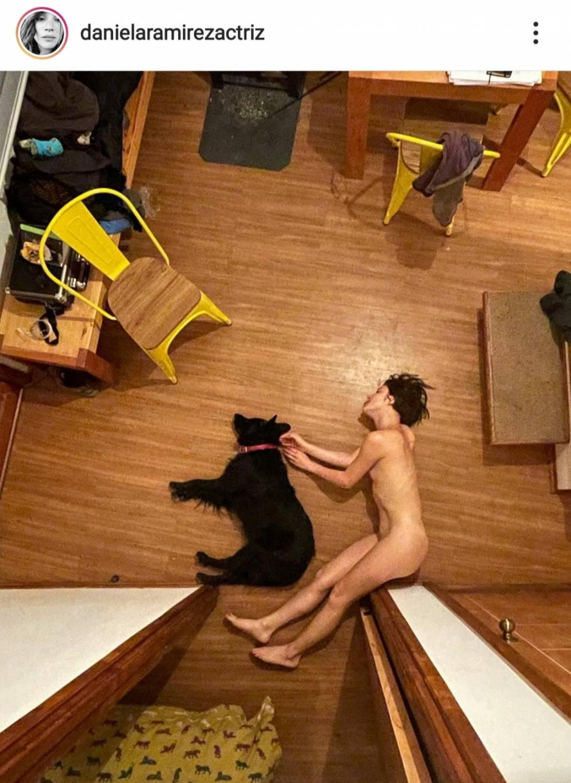 Daniela Ramírez posa desnuda en compañía de su mascota
