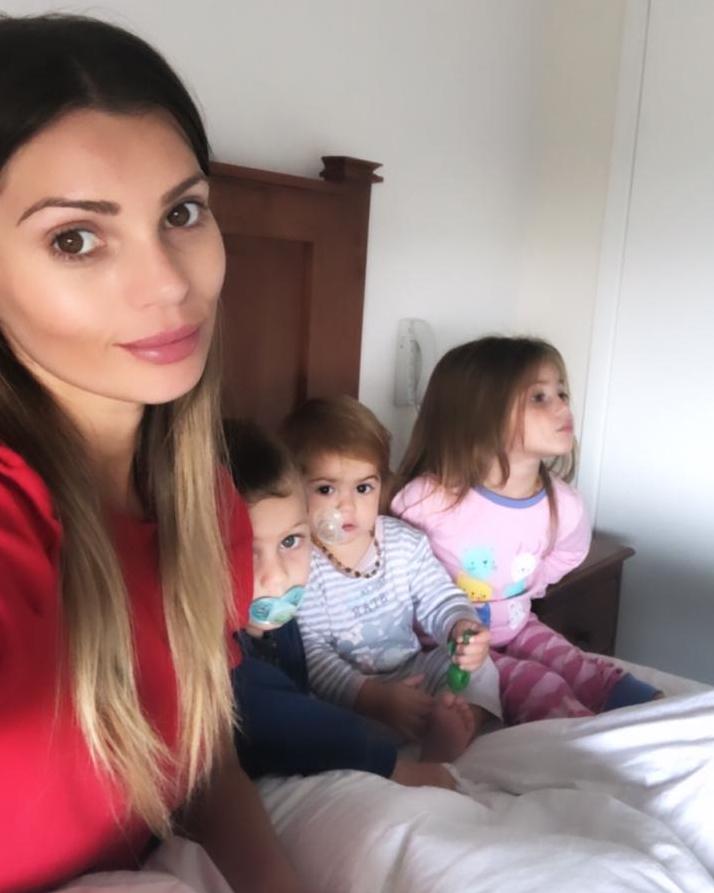 faloon larraguibel posa con sus hijos