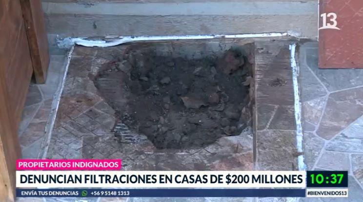 Vecinos denuncian filtraciones en casas de $200 millones
