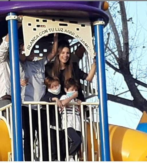 Pampita y Benjamín Vicuña inauguran plaza en honor de su hija