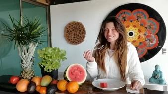 Roxana Muñoz queda satisfecha al comer pedazo de sandía tras ayuno de 21 días