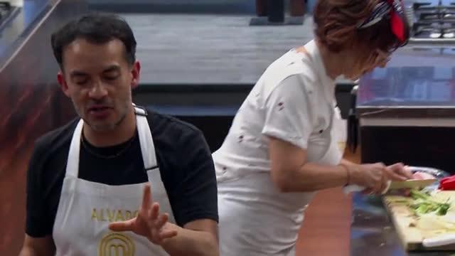 Álvaro López se cortó el dedo y siguió cocinando