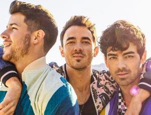 Jonas Brothers recrean icónicas películas en nuevo video musical