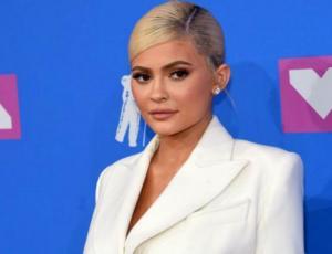 Kylie Jenner deslumbró solo con un blazer y un cinturón en los VMA's