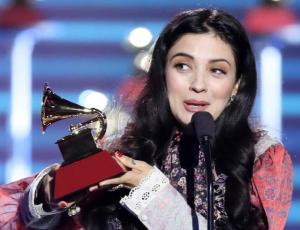 Mon Laferte recibió entre lágrimas su primer Grammy Latino