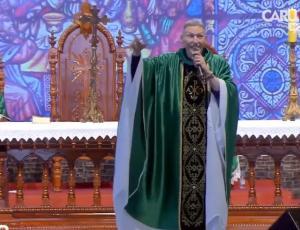 Mujer empujó a sacerdote brasileño en plena misa: video se volvió viral