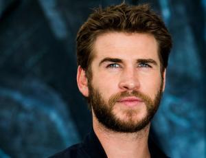 Liam Hemsworth pasea con su nueva novia por Nueva York