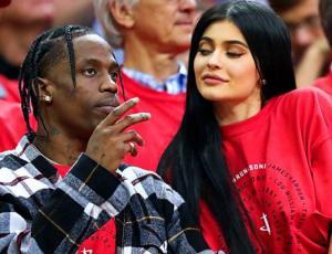 """El """"mensaje oculto"""" en la primera selfie de Kylie Jenner y Travis Scott tras convertirse en padres"""