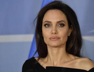 Angelina Jolie confiesa noviazgo que duró años con otra mujer