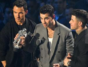 Celebración en solitario de Nick Jonas en los MTV VMAs se vuelve viral