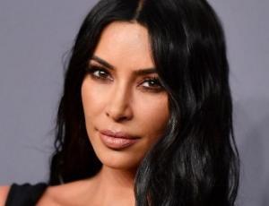 Kim Kardashian posa sin maquillaje y muestra los efectos de la psoriasis