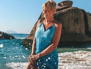 Raquel Argandoña muestra su figura en bikini blanco con un súper comodín