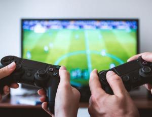 Joven vendió su PlayStation 4 para comprar pañales para su hijo