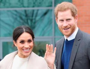 Captan a Meghan Markle y al príncipe Harry dándose un romántico beso