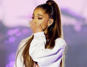 Ariana Grande rompe en llanto en pleno concierto al recordar a Mac Miller