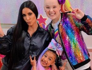 Hija de Kim Kardashian se luce en su primer video de Youtube