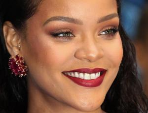 Una fanática se encontró con Rihanna en un baño público y lo que sucedió es viral