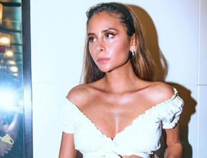 Camila Gallardo deslumbra con vestido asimétrico y traslúcido en los Latin Grammy