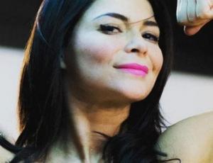 Antonella Ríos aclaró sutilmente su oscuro cabello