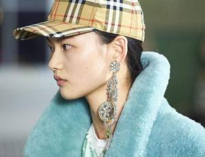 El peinado de los años 80 ideal para lucir aros XL y deslumbrar en un evento