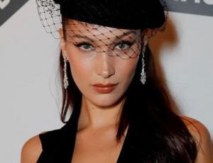 Bella Hadid lleva la moda de la logomanía al extremo