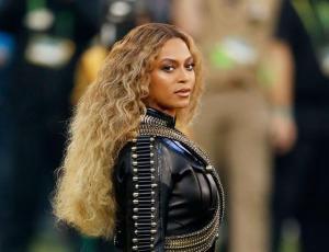 Beyoncé personaliza el blazer dress