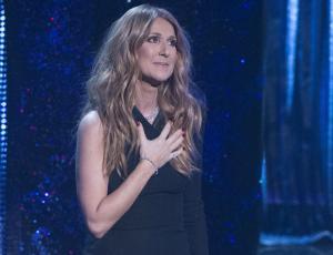 Celine Dion rompe en llanto en pleno concierto