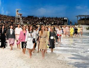 La increíble playa ficticia de Chanel en la París Fashion Week