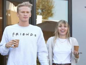Miley Cyrus y Cody Simpson comparten video desde la cama