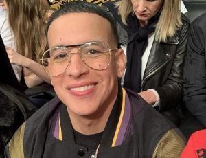 Daddy Yankee en la polémica por posar junto a un león encadenado