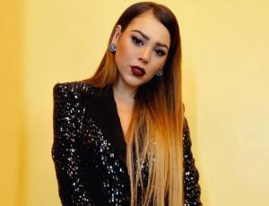 Danna Paola promociona polerón de la serie Elite que se encuentra en el mercado