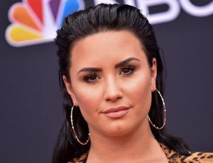 Demi Lovato vuelve a un centro de rehabilitación y sus cercanos culpan a sus seguidores