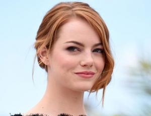 Conoce en detalle el poco convencional anillo de compromiso de Emma Stone
