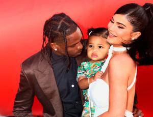 Hija de Kylie Jenner sorprende con look inspirado en su papá