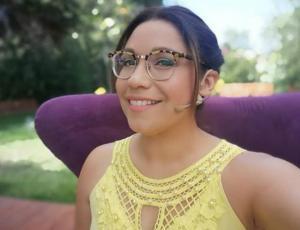 Critican a Alejandra Valle por usar profundo escote en la graduación de su hijo