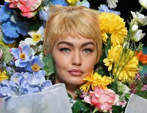 Moschino transformó a Gigi Hadid en un ramo de flores